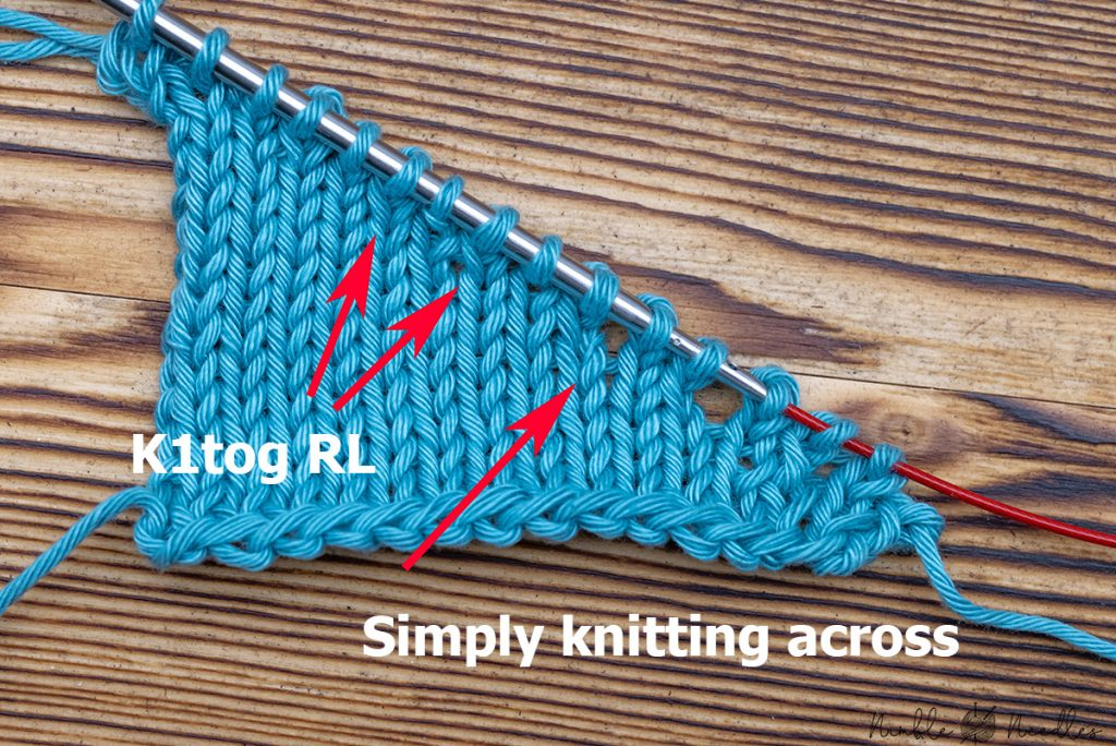 closing the gaps of a neckline with k1tog rl - a swatch to show the difference