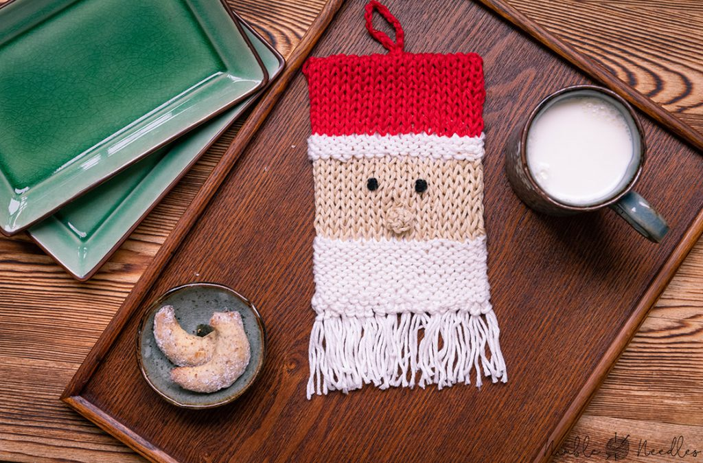 A free potholder knitting pattern in the shape of a Santa Clause for christmas