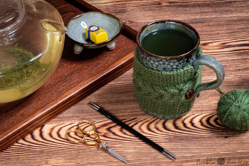 A easy mug cozy knitting pattern with cable stitch details
