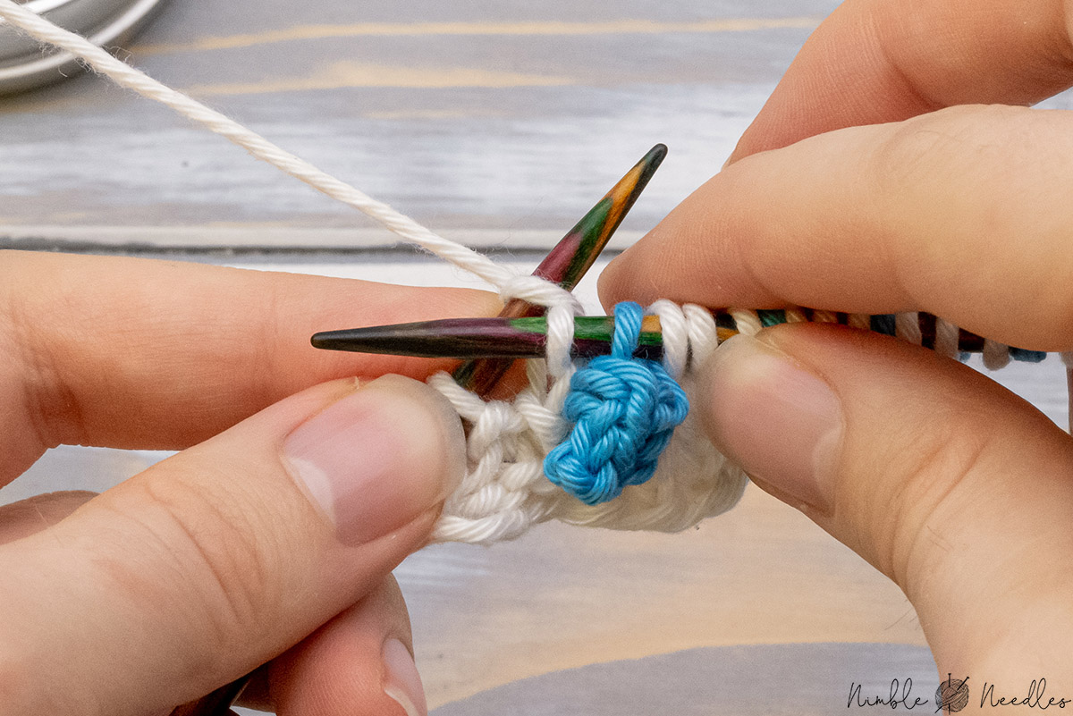 continue knitting with the main color
