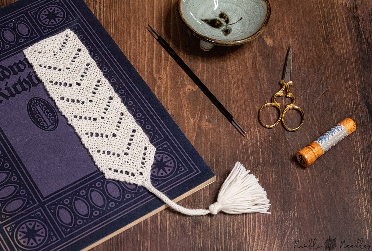an easy knitted bookmark pattern with written instructions