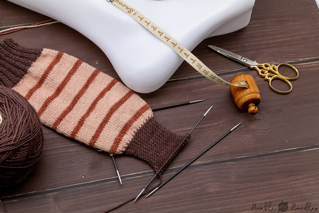 a picture showing you how to figure out the length you need to knit the heel flap with a measuring tape