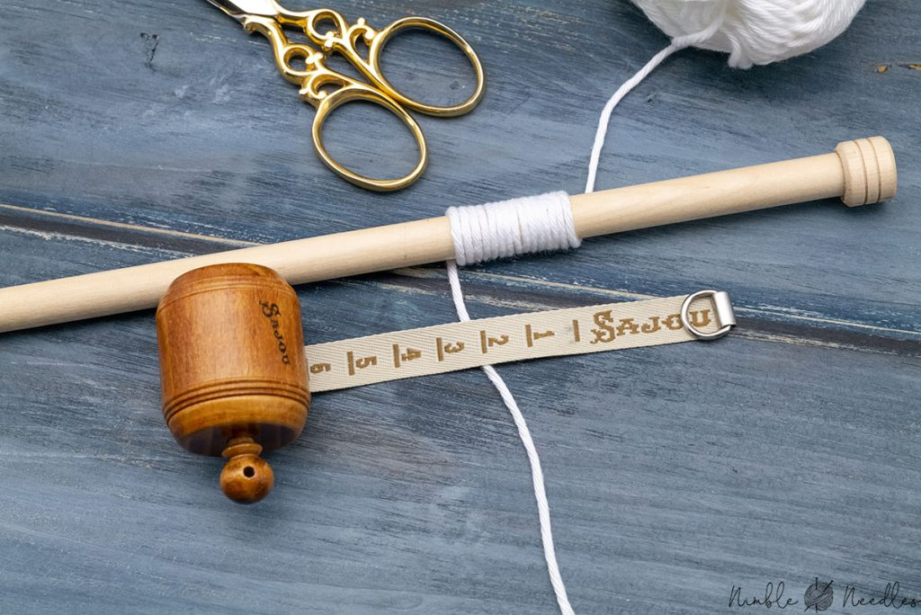 using the wraps per inch method around a knitting needle to determine yarn weight